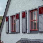 Sprossenfenster mit Klappläden in Olsberg